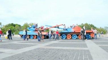 People in World War II museum celebrates Victory Day in Kiev, Ukraine. — Stock Video