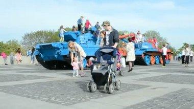 Happy family in World War II museum celebrates Victory Day in Kiev, Ukraine. — Stock Video