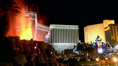 Las Vegas Strip night, fire show near Mirage hotel in Las Vegas, USA. — Stock Video