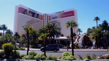 Mirage Hotel on Las Vegas Strip in Las Vegas, Nevada, USA. — Stock Video