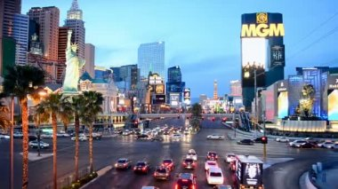 Las Vegas Strip in Las Vegas, Nevada. New York hotel building. — Stock Video