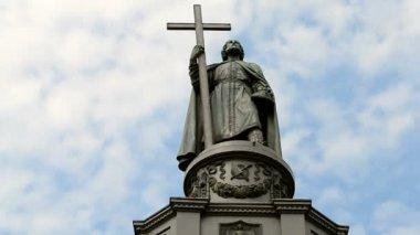 Vladimir baptist monument (Vladimir the Great aka Great Prince of Kiev) in Kiew, Ukraine. 72365 — Stock Video