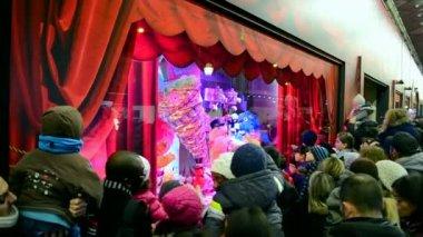 Kerstmis ingericht warenhuis Galeries Lafayette in Parijs, Frankrijk. — Stockvideo