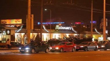 Cars in front of McDonald's — Vídeo stock