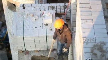 Construction worker puts the brickwork — Stock Video