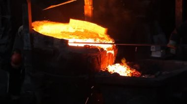 Workers pouring molten iron — Stock Video