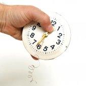 Человек руку проведение часы — Стоковое фото