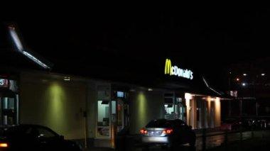 McDonalds restaurant at night — Video Stock