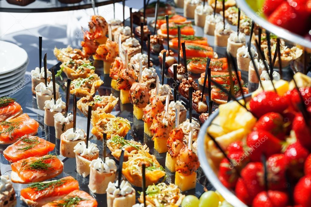 Canap s de vegetais numa mesa de festa de casamento ao ar livre fotografias de stock - Apero dinatoire chic et pas cher ...