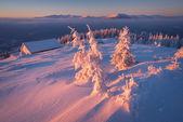 Winter-Morgenröte im Bergdorf — Stockfoto