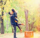 用手提箱接吻在巷子里在公园,情侣 — 图库照片