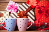 Dwie filiżanki kawy i święta prezenty na tle. — Zdjęcie stockowe