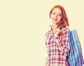 女性の買い物袋を保持していると笑みを浮かべて — ストック写真