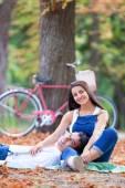 Nastolatek para z rowerów w parku w czasie jesieni — Zdjęcie stockowe