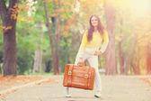 Güzel esmer kız parkta çanta. — Stok fotoğraf