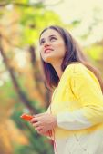 Beautifu girl with mobile phone in the park. — Stock Photo