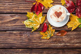 Autumn leafs and coffee cup on wooden table. — Foto Stock