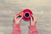 Kvinnliga händer som håller kopp kaffe. — Stockfoto