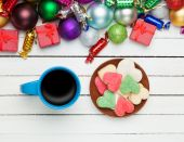 Cup of coffee and cookie with christmas toys on whte background. — Stock Photo