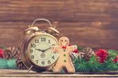 Çamın dalları ve gingerbread ahşap masa üzerinde yakın çalar saat. — Stok fotoğraf