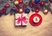 Noel ağacı şeklinde çam br yakınındaki bir masada sıcak cappuccino — Stok fotoğraf