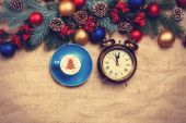 Hot cappuccino with christmas tree shape and alarm clock on a ta — Foto de Stock