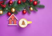 おもちゃの家でカプチーノとクリスマス ツリーの形状 — ストック写真