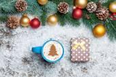 Cappuccino med julgran form och gåva ruta på konstgjord — Stockfoto