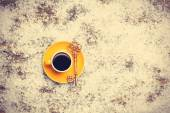 Cappuccino with key on artificial snow background — Stok fotoğraf