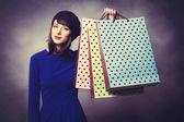 Alışveriş torbaları ile mavi elbiseli kadınlar — Stok fotoğraf