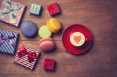 Cup and gift boxes with macaron  — Stockfoto