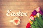 Cappuccino  and word Easter near flowers — Foto Stock