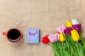 Taza de café y regalos con flores — Foto de Stock