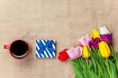 Cup of coffee and gift with flowers — Stockfoto