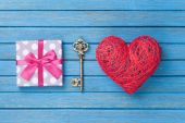 Heart shape toy with key and gift box — ストック写真
