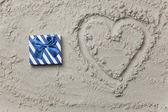 Gift next to heart shape symbol  — Stockfoto