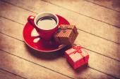Tasse Kaffee und Geschenk-Box auf einem Holztisch. — Stockfoto