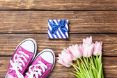 Gumshoes and gift box with tulips — Fotografia Stock