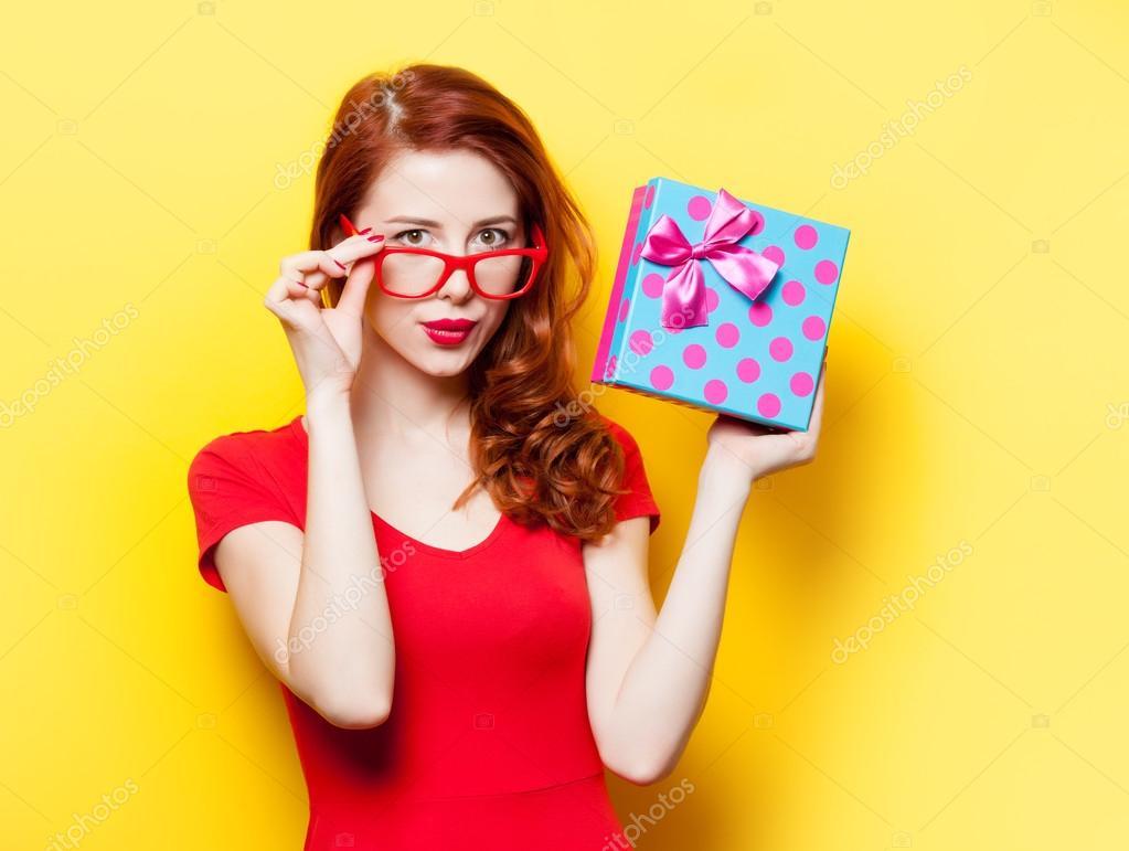 Рыжая в красном платье фото 6 фотография