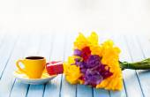 Cup of coffee and gift box with flowers — Stock Photo