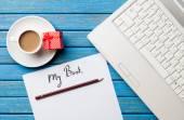 Café y papel cerca del ordenador portátil — Foto de Stock