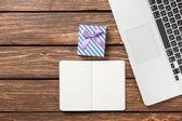 Beachten Sie mit Geschenk und laptop — Stockfoto