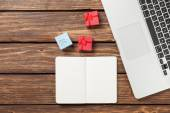 Note with gifts and laptop — Stock Photo