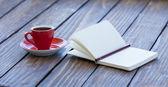Filiżankę kawy i notebook ołówek — Zdjęcie stockowe