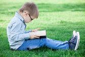 Jeune garçon avec un livre — Photo
