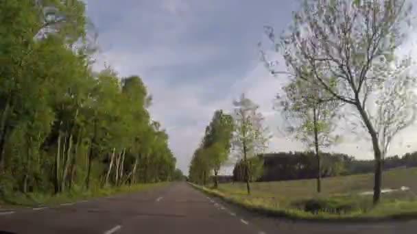 Coche rápida que conduce a través de carretera no urbano — Vídeo de stock