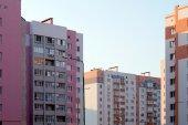 Neue mehrstöckige haus ziegel in das stadtviertel — Stockfoto