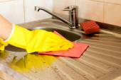 The process of cleaning the kitchen sink  — Stock Photo