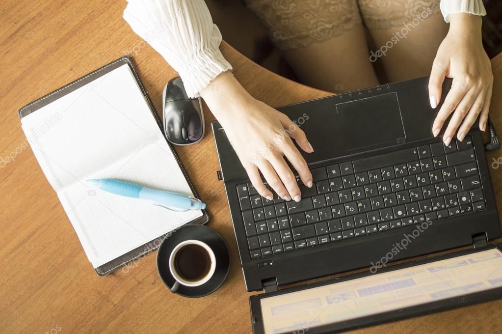 belle secr taire sexy avec un ordinateur portable et une tasse de caf photographie gorvik. Black Bedroom Furniture Sets. Home Design Ideas