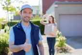 Delivery man succeed during his delivery — Stockfoto